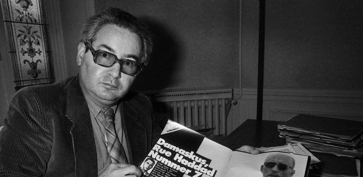 Άλοϊς Μπρούνερ: Ο κυνηγός ναζί Σερτζ Κλάσφερντ κρατά περιοδικό με αφιέρωμα σε αυτόν