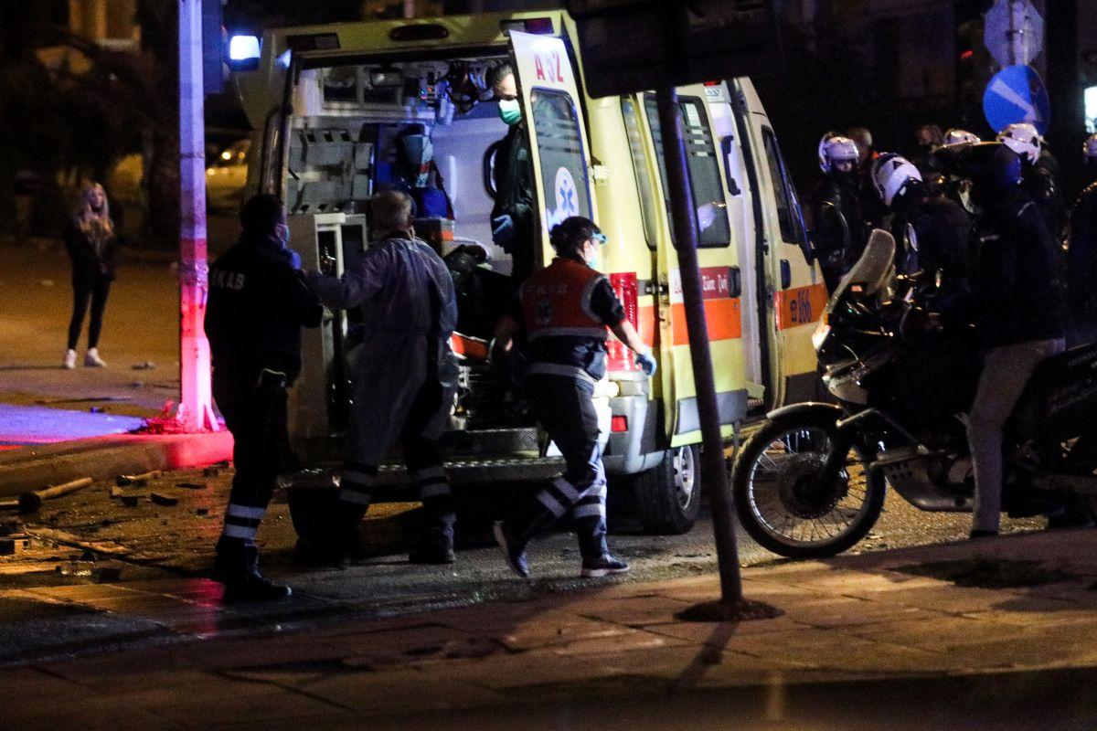 Τραυματίας αστυνομικός: Έφυγε με ασθενοφόρο από το σημείο της επίθεσης