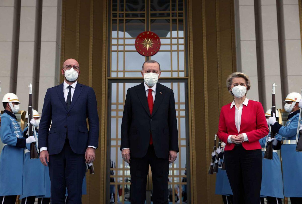 Ούρσουλα Φον ντερ Λάιεν: Οργή για το «καψώνι» από τον Ερντογάν
